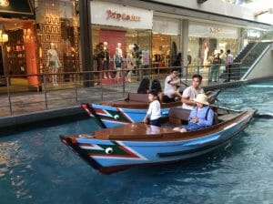 Bootje varen in de shopping mall
